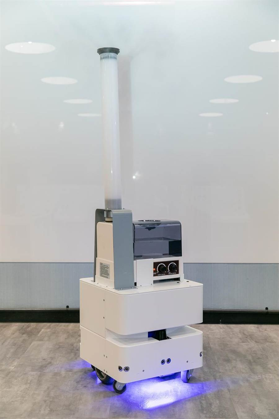 (东元3日发表智慧UVC消毒防疫机器人,以3D列印技术,製作双向360度全面向喷头,进行大面积的喷雾消毒。图/东元提供)